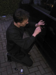 Schlüsseldienst Köln bei einer Autoöffnung.